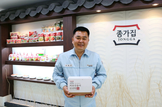 이용구 대상 횡성 공장장이 공장에서 만들어진 포장김치 제품을 들어보이고 있다. [사진 대상]
