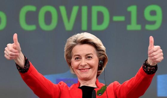 유럽연합의 우르줄라 폰데어라이엔 집행위원장이 지난달 17일 EU 본부에서 28명 집행분과위원장(커미셔너)와 회동후 기자회견에 나섰다. [AP=뉴시스]