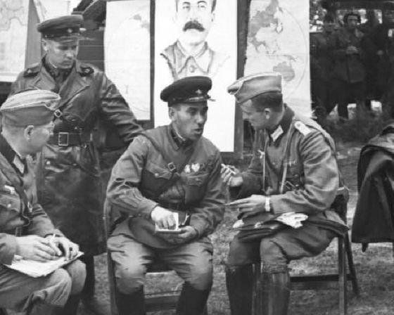 폴란드를 분할 점령한 후 환담 중인 독일과 소련의 장교. 불과 2년 후 이들은 사상 최대의 전쟁을 벌이는 사이가 되었다. [wikipedia.org]