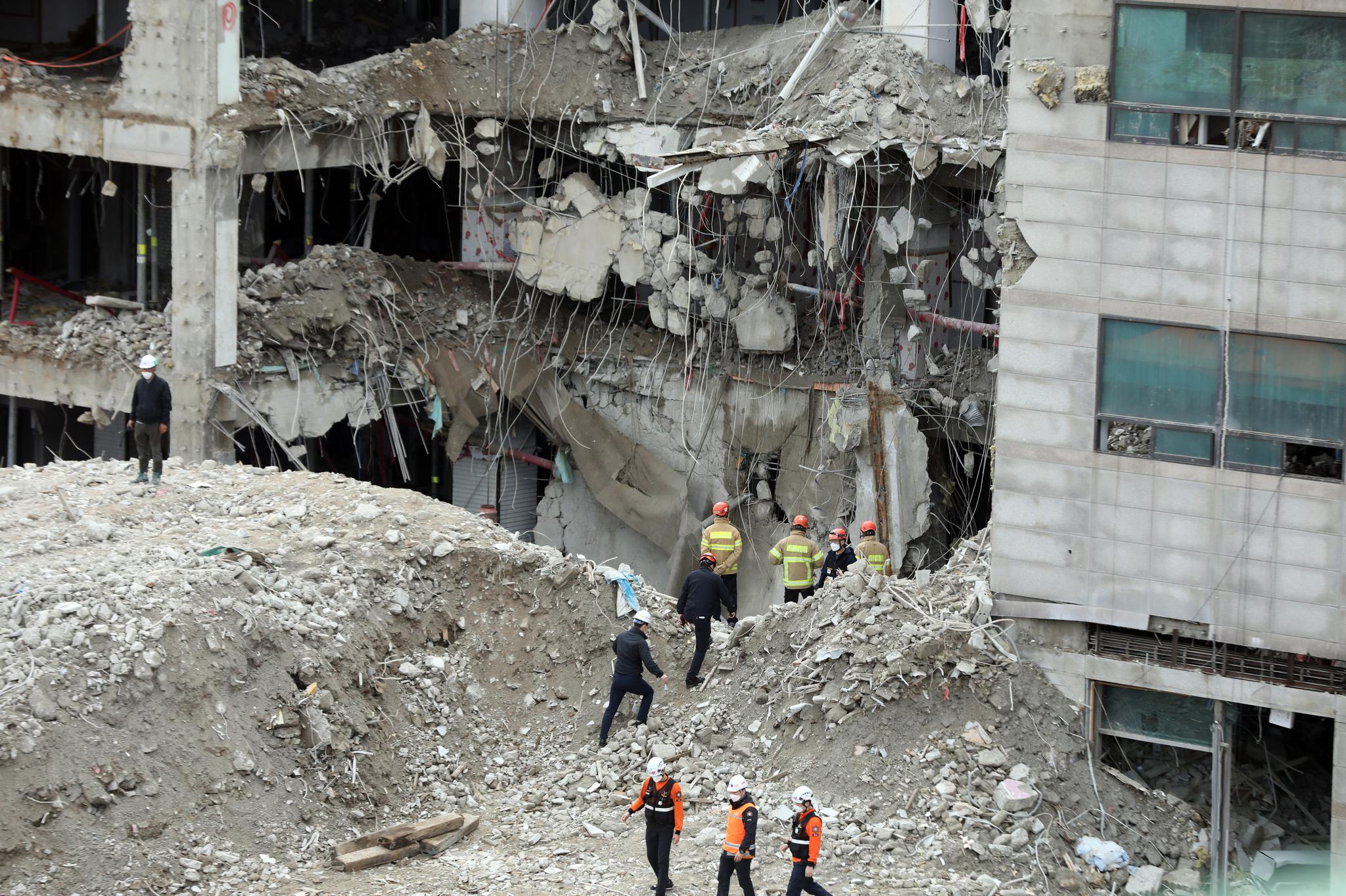1일 오전 서울 성북구의 한 재개발 지역 건물 붕괴 현장에서 소방대원 등 관계자들이 매몰자 수색작업을 펼치고 있다. 뉴스1