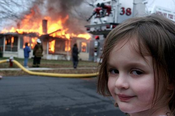 '재앙의 소녀'(Disaster girl)라는 이름이 붙은 조이의 4살 때 사진은 미국 인터넷 문화에서 각종 사고 현장에 합성되는 밈으로 자리잡았다. [구글 'Disaster girl' 검색 결과 캡처]