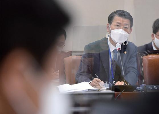 은성수 금융위원장이 22일 오전 서울 여의도 국회에서 열린 제386회국회(임시회) 제1차 정무위원회 전체회의에서 의원 질의에 답하고 있다.