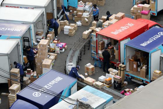 지난 3월 서울의 한 한진택배 물류센터에서 택배 노동자들이 분류작업을 하고 있다. [뉴스1]