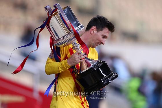 스페인 국왕컵을 들어올리는 메시. 사진=게티이미지
