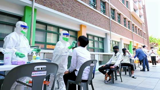 3일 오후 울산 북구 마이스터고등학교에 설치된 신종 코로나바이러스 감염증(코로나19) 이동형 PCR 검사소에서 학생들이 검사를 받고 있다. 뉴스1