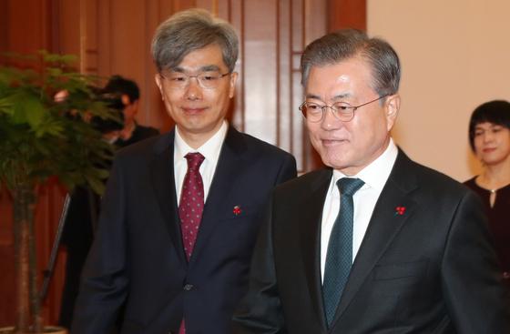 지난 2018년 문재인 대통령(오른쪽)이 김상환 신임 대법관에게 임명장을 준 뒤 환담장으로 자리를 옮기고 있다. [청와대사진기자단]