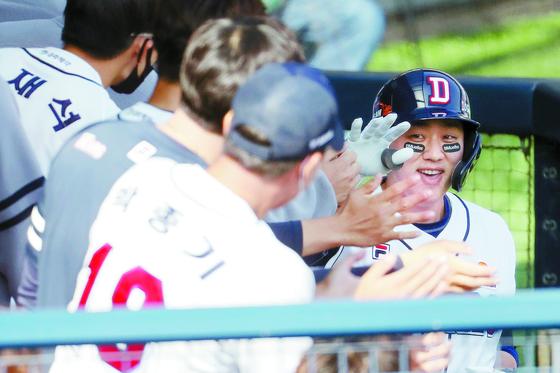 두산 양석환(오른쪽)이 5-4로 앞선 5회 말 2사 후 3점 홈런을 쳐 승리에 쐐기를 박았다. 더그아웃의 동료들의 환영을 받고 있다. [뉴스1]