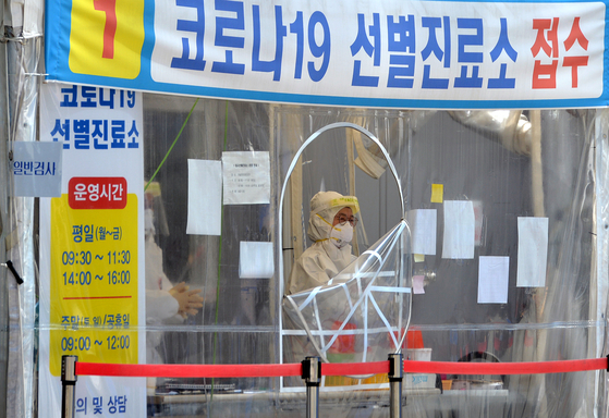 신종 코로나바이러스 감염증(코로나19)이 확산하고 있는 가운데 2일 대전의 한 보건소에 설치된 코로나19 선별진료소에서 의료진들이 방문한 시민들을 검사하고 있다. 김성태 기자