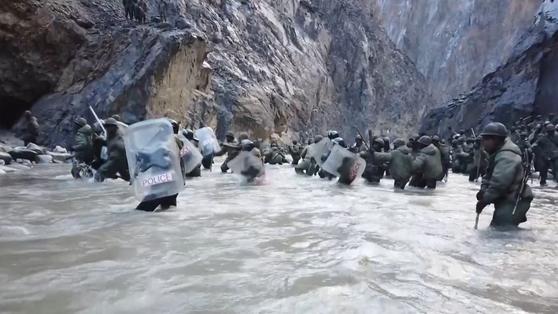 2020년 6월 중국 히말라야 국경을 사이에두고 일어난 중국과 인도군 충돌 당시 강을 건너는 인도 군인의 모습. [AFP=연합뉴스]