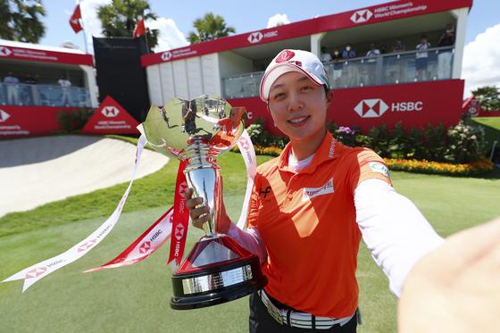 김효주가 우승 트로피를 든 채 셀피를 찍는 포즈를 취하고 있다. [사진 LPGA]