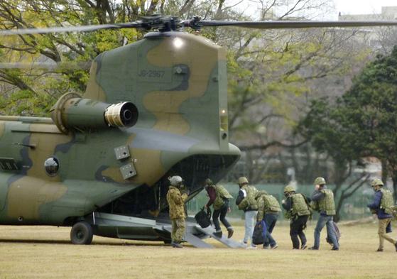 지난해 12월 2일 일본 육상자위대가 해외에서 위험에 처한 일본인을 구출하는 훈련을 하고 있다. [교도=연합뉴스]