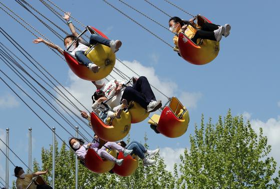 어린이날을 앞둔 2일 서울 광진구 어린이대공원 놀이동산을 찾은 시민들이 놀이기구를 타며 즐거운시간을 보내고 있다. 뉴스1