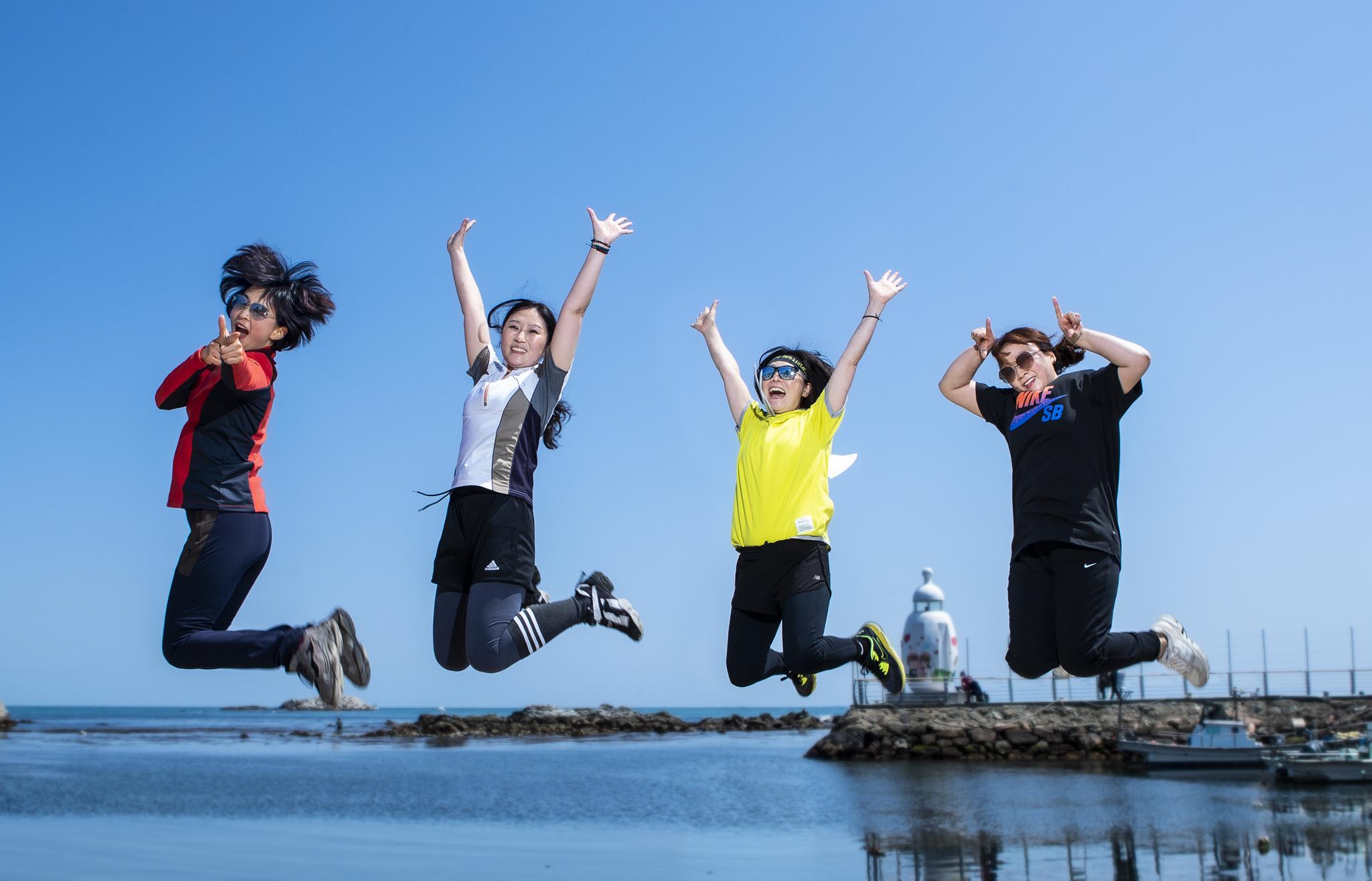 하늘로 뛰어오른 센 언니 넷, (왼쪽부터 박시현, 송민서,김명화, 백비주) 나이는 숫자에 불과하다는 걸 점프로 증명했습니다. 권혁재 사진전문기자