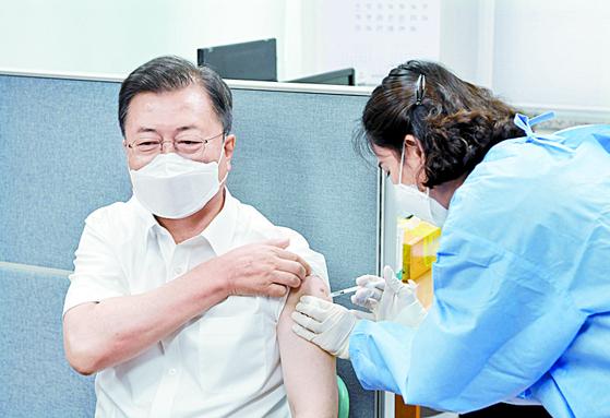 아스트라제네카 백신 비축량이 2주 뒤 바닥나는 등 백신 보릿고개 우려가 현실이 되고 있다. 사진은 문재인 대통령이 지난달 30일 2차 접종을 맞는 장면 [청와대사진기자단]