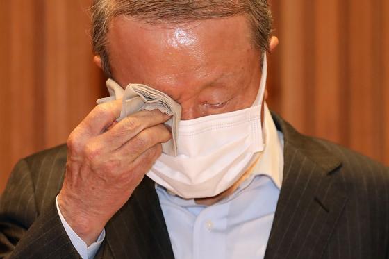 홍원식 남양유업 회장이 4일 오전 서울 강남구 남양유업 본사에서 '불가리스 사태'와 관련 대국민 사과 기자회견을 통해 사퇴하겠다고 밝혔다. 장진영 기자