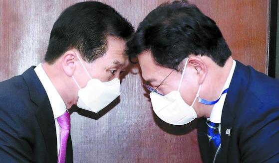 송영길 신임 더불어민주당 대표(오른쪽)가 3일 오후 국회에서 김기현 국민의힘 대표 권한대행 겸 원내대표를 예방해 인사하고 있다. 오종택 기자