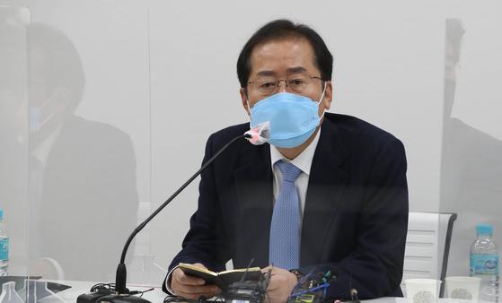 홍준표 무소속 의원이 지난 3월18일 오후 서울 마포구 현대빌딩에서 열린 '더 좋은 세상으로(마포포럼)' 세미나에 참석해 인사말을 하고 있다. 연합뉴스