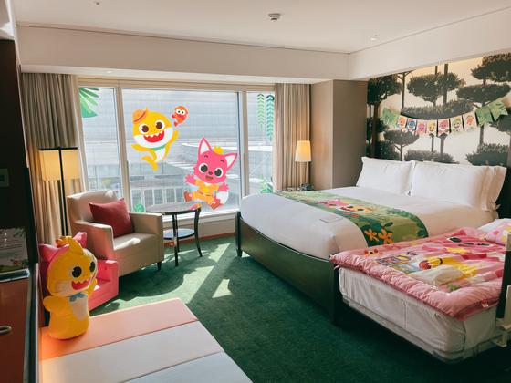 인터컨티넨탈 서울 코엑스는 인기 캐릭터 '핑크퐁 아기상어'를 테마로 한 키즈룸을 최근 선보였다. 이불·베게를 비롯해 욕실, 칫솔 등이 핑크퐁 캐릭터로 꾸며져 있다. 사진 인터컨티넨탈