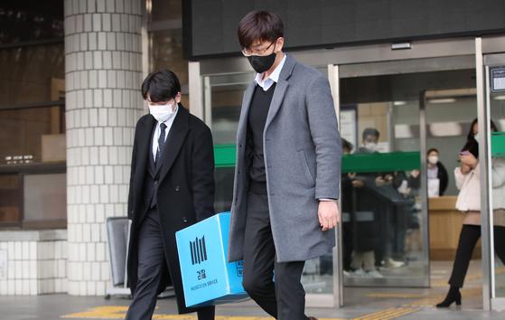 이용구 법무부 차관의 택시기사 폭행 사건을 수사하는 검찰이 '봐주기 수사'를 했다는 의혹을 받는 서울 서초경찰서에 대한 압수수색을 마친 뒤 밖으로 나와 차량으로 옮기고 있다. 뉴스1