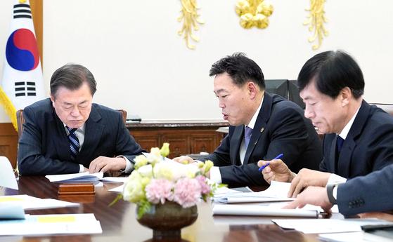 2019년 11월 8일 문 대통령이 청와대에서 당시 김오수 법무부 차관, 이성윤 검찰국장으로부터 '개혁 추진 경과 및 향후계획'에 대한 보고를 받고 있는 모습. 연합뉴스
