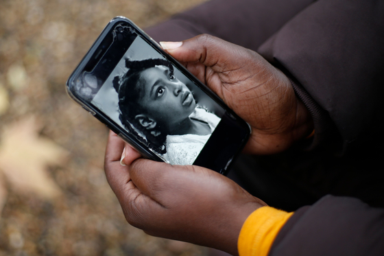 엘라의 얼굴 사진이 엄마 로자먼드아두-키시-데브라의 휴대폰에 올라있다. [AFP=연합뉴스]