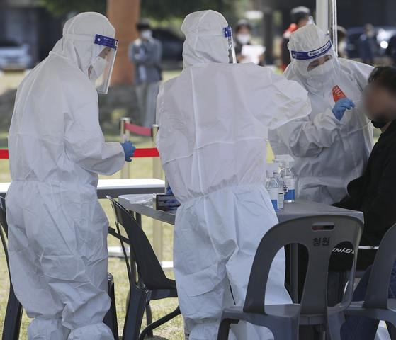 3일 오전 울산 남구 태화강둔치 주차장에 마련된 임시 선별검사소를 찾은 시민들이 신종 코로나바이러스 감염증(코로나19) 검사를 받고 있다. 뉴스1