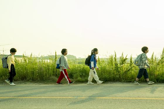 어린이날인 5일 전국이 맑고 바람이 강할 것으로 보인다. 사진은 영화 '아이들은 즐겁다'의 일부. [사진 CJ ENM, 메가박스중앙 플러스엠]