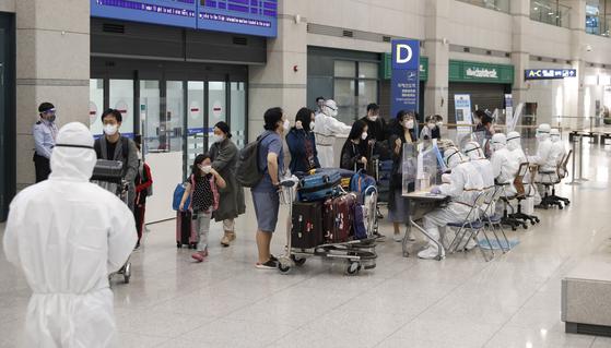지난 4일 인도 첸나이에서 출발한 교민 173명이 인천국제공항 제1여객터미널 입국장에 도착하는 모습 [중앙포토]