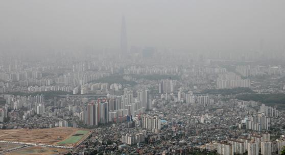 서울 하늘을 뒤덮은 미세먼지. 어린이는 어른보다 체중 1㎏당 더 많은 공기를 마시기 때문에 공기가 오염되면 어린이의 건강 피해는 어른보다 훨씬 더 크다. 성장기 어린이가 받은 피해는 평생을 간다. [뉴스1]