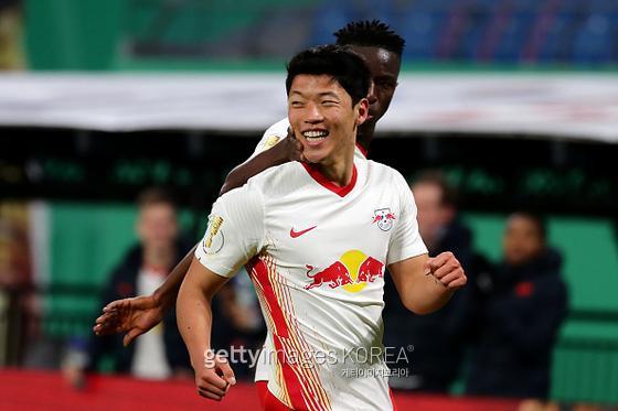 지난달 3일 독일축구협회컵 4강전에 출전한 독일 분데스리가 라이프치히의 황희찬(25)이 동료들과 함께 득점에 기뻐하고 있다. 사진=게티이미지