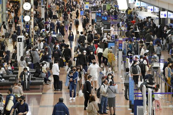 골든위크 첫날인 지난달 29일 일본 도쿄 하네다 공항이 여행을 떠나는 사람들도 붐비고 있다. [AP=연합뉴스]