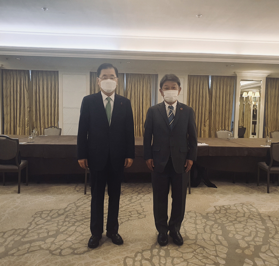 5일 영국 런던에서 한일 외교장관 회담이 성사됐다. 하지만 정의용 장관은 후쿠시마 오염수 해양 방류 문제를, 모테기 도시미쓰 일본 외상은 국내 법원의 위안부 판결 문제를 거론하며 서로의 입장차만 재확인했다. [외교부 제공]