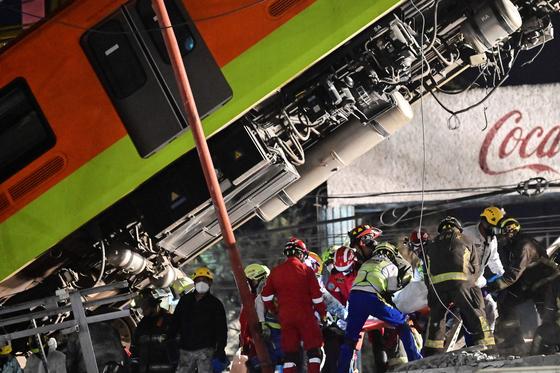 구급대원들이 사고 현장을 복구하며 구조하는 모습. AFP=연합뉴스