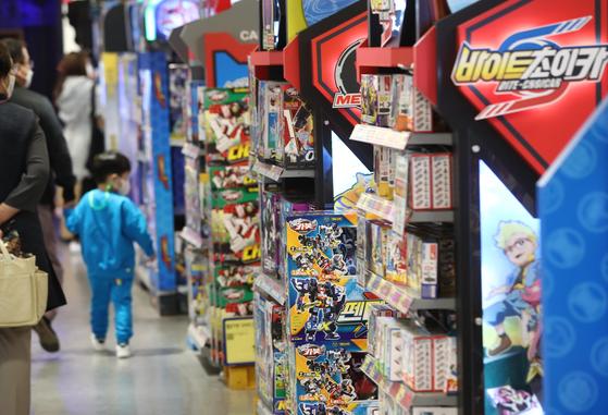 어린이날을 사흘 앞둔 2일 서울 시내 한 장난감 가게를 찾은 시민들이 장난감을 고르고 있다. 연합뉴스