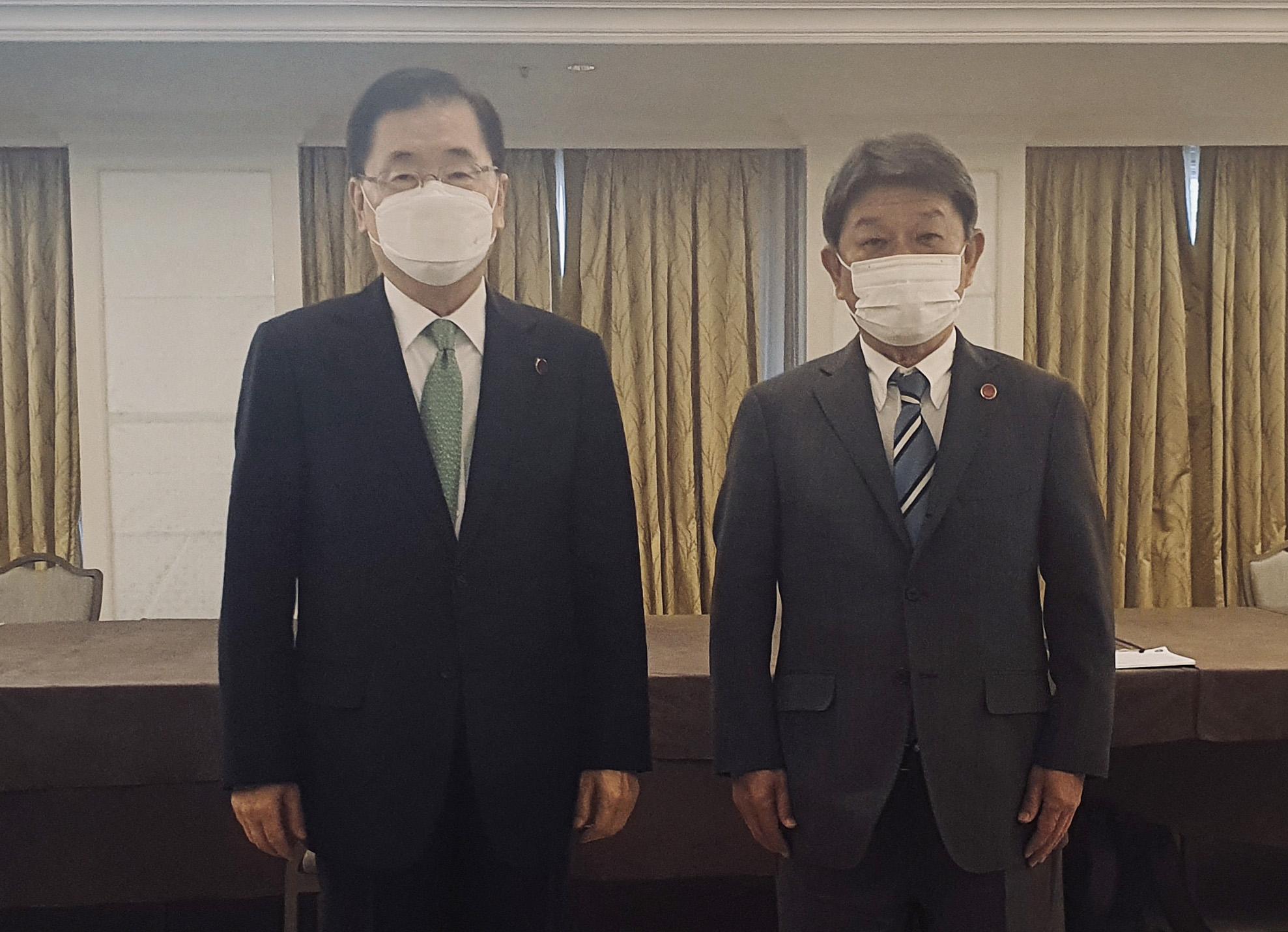 정의용 외교부 장관(왼쪽)과 모테기 도시미쓰(茂木敏充) 일본 외무상이 5일 영국 런던에서 한일 외교장관 회담을 하고 기념사진을 위해 포즈를 취하고 있다. 사진 외교부