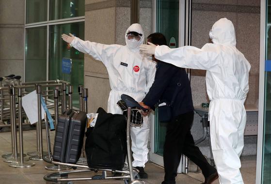 인도 체류 교민 172명이 4일 오전 인천공항 제1터미널에 도착한 뒤 격리 시설로 가기 위해 이동하고 있다. 정부는 코로나19 인도 변이 바이러스의 전파력이 크다고 판단해 이번 입국한 교민들이 '음성' 판정을 받더라도 7일간 시설 격리를 하기로 했다. 김상선 기자