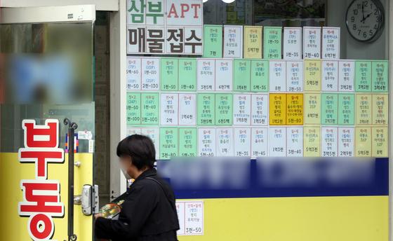 지난달 27일 서울시내 한 공인중개사 사무소에 매물 전단이 붙어있다. 이날 KB국민은행 리브부동산의 '월간 KB주택가격동향'에 따르면 4월 서울의 중소형 아파트 평균 매매가격은 9억8658만원으로, 2년 전과 비교해 2억9237만원 올랐다. [뉴스1]