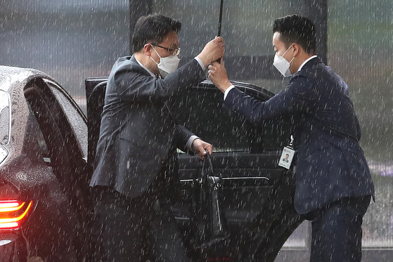 김진욱 고위공직자범죄수사처(공수처) 처장이 4일 오전 정부과천청사 내 공수처 사무실로 출근하고 있다. 뉴스1