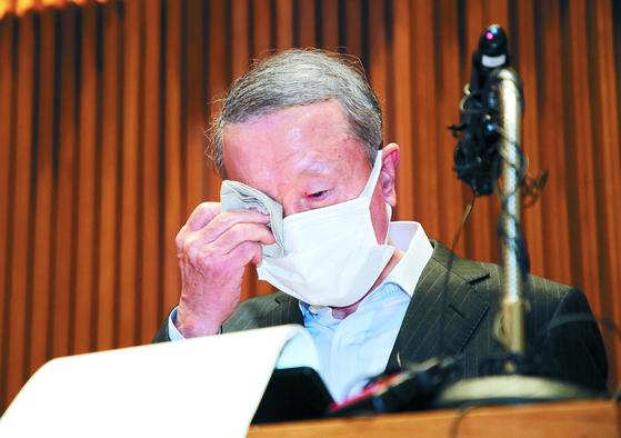 홍원식 남양유업 회장이 4일 오전 사퇴입장을 밝히며 눈물을 흘리고 있다. 장진영 기자