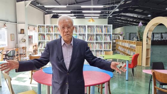 장인순 전 한국원자력연구원장이 5일 세종시 전의면 시골마을에 도서관을 열었다. 사재 5000만원을 털어 책을 구입하고 시설을 꾸몄다. 김방현 기자