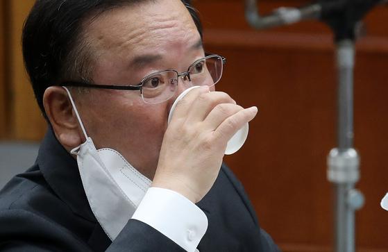 김부겸 국무총리 후보자가 6일 오전 서울 여의도 국회에서 열린 인사청문회에서 물을 마시고 있다. 연합뉴스