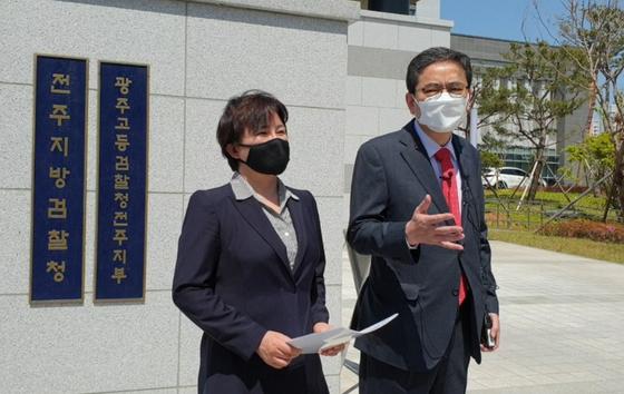 곽상도(오른쪽) 국민의힘 의원과 같은 당 조수진 의원이 3일 오후 전주지검 앞에서 기자회견을 하고 있다. 김준희 기자