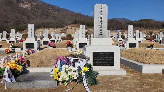 국립대전현충원 백선엽 장군 묘역. 지난 2월 시민단체가 묘역 안내판 철거요구 시위를 했다. 국립대전현충원측은 이에 안내판을 철거했다. 프리랜서 김성태