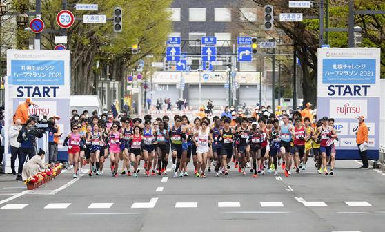 5일 홋카이도 삿포로에서 도쿄올림픽 테스트를 위한 하프 마라톤 대회에 참가한 선수들이 출발선을 나서고 있다. [AP=연합뉴스]