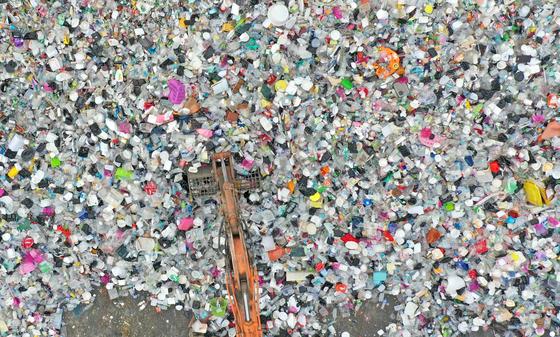 중국발 폐플라스틱 수입·사용 금지 여파로 폐플라스틱 처리에 골머리를 앓고 있다. 사진은 경기도 수원의 한 자원순환센터의 모습. [뉴스1]