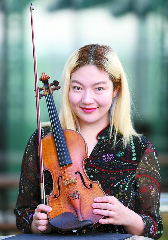 음악 에세이 『언젠가 반짝일 수 있을까』를 출간한 바이올리니스트 조진주. [뉴시스]