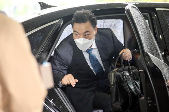 검찰총장 후보자로 지명된 김오수 전 법무부 차관이 4일 서울 서울고검으로 출근하고 있다. [뉴시스]