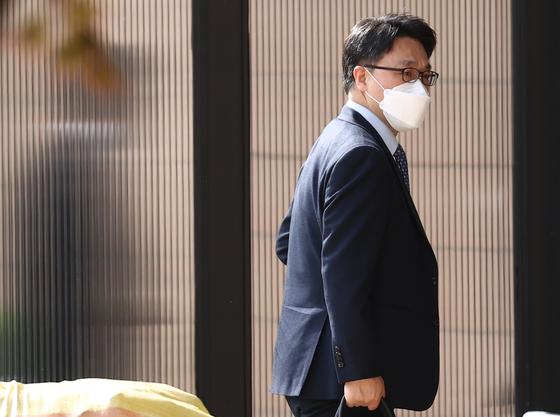 김진욱 고위공직자범죄수사처 처장이 6일 오전 경기도 과천시 과천정부청사 내 공수처 사무실로 출근하고 있다. 뉴스1