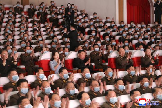 김정은 북한 국무위원장이 5일 부인 이설주여사와 함께 평양 만수대예술극장에서 열린 군인가족예술소조 공연을 관람했다고 북한 매체들이 6일 전했다. [연합뉴스]
