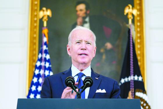 조 바이든 미국 대통령이 4일 워싱턴 백악관에서 목표치를 높인 새 백신 접종 프로그램을 공개하고 있다. [AP=연합뉴스]